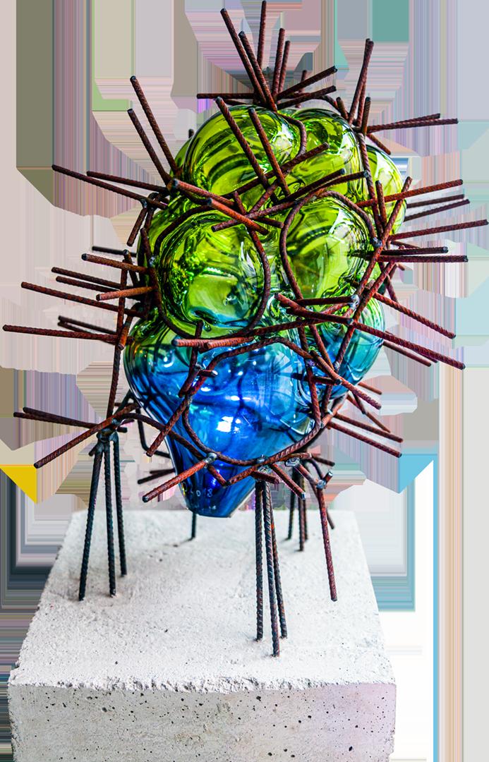Paul Josef Osterberger: Entomon   Glas eingeblasen in Baustahl; 35 x 35 x 60 cm; 1.800,00 €   * 1987 in Ried im Innkreis; Kunstschmied, Metallplastiker, Glasmacher; 2009-2010 Einrichten des Ateliers in Riedau, seiter als Künstler tätig; Ausstellungen u. a. in Marchtrenk, Liberec, Karlsruhe, Ried im Innkreis, Glasmuseum Theresienthal Zwiesel, Schwanenstadt, Schärding; lebt in Riedau (Oberösterreich)