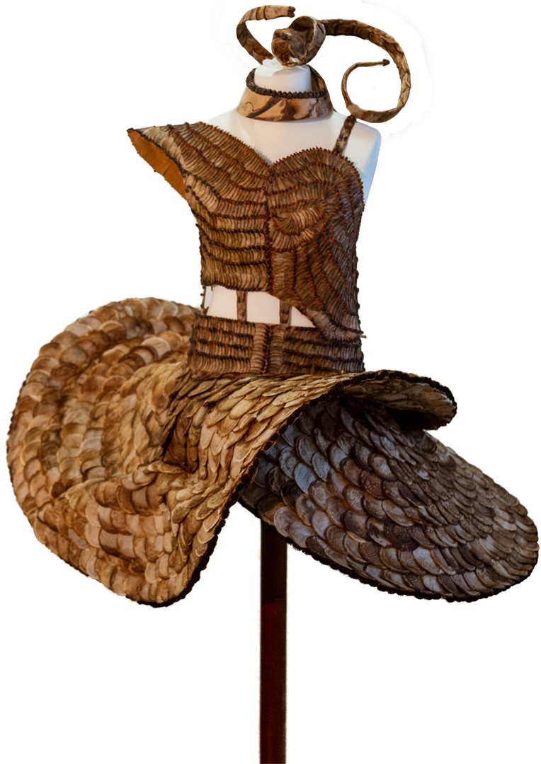 Susanne von Siemens: Gewand | Ahornsamen, Erlenzapfen u. a.; ca. 100 x 100 cm; 4.000,00 € | * 1952 in München; Modedesignerin; für ihre Kunstwerke verwendet sie Fundstücke wie Holz, Seil, Draht, Metall, Samenkapseln, Knöchelchen und Wurzeln; lebt in Tittmoning