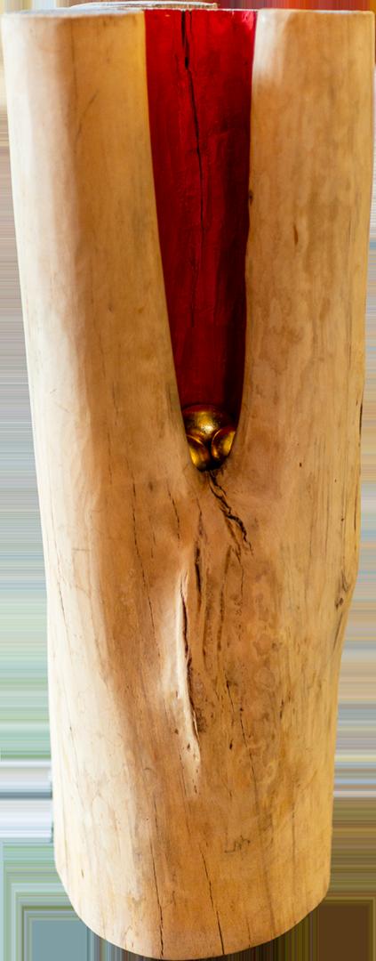 """Ingrid Wischka: Paradiesvogels Nest – Die Urmutter   Holz, Farbe, 3 Zwerghuhneier, Blattgold; 950,00 €   * 1962 in Altötting; Goldschmiedemeisterin; seit 1993 selbstständig, eigene Werkstatt und Verkaufsraum; Schmuckgestaltung mit Edelmetallen, Perlen und Edelsteinen; seit 2000 Objekte aus Stein, Holz und anderen Materialien; Gestaltung inspiriert durch Zen-Künste und Taoismus; lebt und arbeitet in Wald/Alz   """"Den Baumstamm, vermutlich eine Linde, für dieses Objekt habe ich im Wald nahe Wald an der Alz gefunden. Es war noch ein ganzer Baumstamm, zum Teil verwittert, den ich abschneiden ließ. Die Rinde wurde entfernt, das Innere glatt geschnitzt und tiefe Risse mit Kittmasse gefüllt. Die Idee, daraus eine ,Urmutter' zu machen, ergab sich durch die angeschnittenen Beine des Baumstammes, durch die große Höhle, die gefüllt werden wollte.  Dafür verwendete ich die Straußeneier, Eier als Symbol für das werdende Leben. Sie wurden mit einer Gips-Holz-Masse gefüllt, mit Blattgold vergoldet und in die rote (Rot als Farbe des Lebens, des Blutes) Höhle gelegt. Das reine Gold symbolisiert das Kostbare, so wie jedes menschliche Leben einzigartig und wertvoll ist. Schließlich entsteht die Illusion des Torsos einer schwangeren Frau. Zuerst finde ich schöne Dinge in der Natur, dann taucht eine Idee auf, was ich daraus gestalten könnte. Ich folge also der Natur, getreu dem Motto von Amarot – art follows nature."""""""