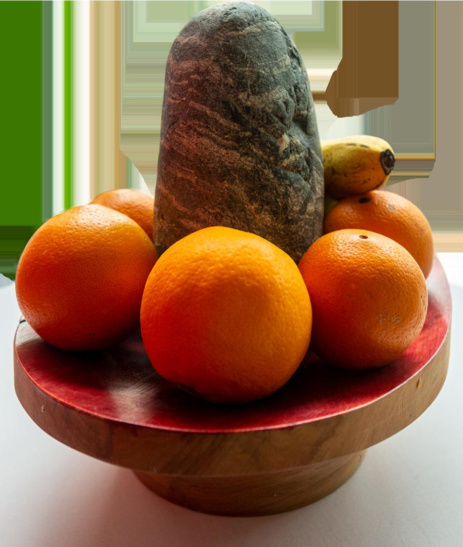 """Ingrid Wischka: Shiva mit Früchten   Holz, Farbe, Stein aus der Alz, Früchte; 30 x 35 cm; 900,00 €   * 1962 in Altötting; Goldschmiedemeisterin; seit 1993 selbstständig, eigene Werkstatt und Verkaufsraum; Schmuckgestaltung mit Edelmetallen, Perlen und Edelsteinen; seit 2000 Objekte aus Stein, Holz und anderen Materialien; Gestaltung inspiriert durch Zen-Künste und Taoismus; lebt und arbeitet in Wald/Alz   """"Die beiden Shiva-Objekte sind bei mir im Ausstellungsraum quasi Brüder und passen thematisch zum Bild ,Himmel und Erde berühren sich'. Die Shiva-Objekte stellen die indische Yin-Yang-Interpretation dar und werden in den Tempeln Indiens als heilig verehrt. Der Stein ist der symbolische Phallus, eingebettet in eine Holzschale, die symbolische Vagina. ,Shiva mit Früchten', Holz, Farbe, Stein aus der Alz, Früchte."""""""